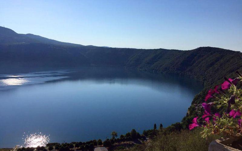 موقع بحيرة ألبانو ومساحتها