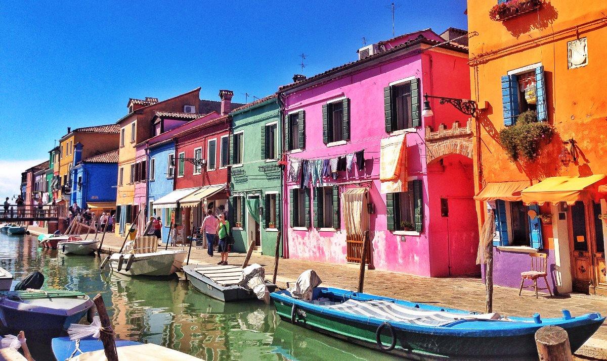 أين تقع جزيرو بورانو؟ وكم تبعد عن ميلانو؟